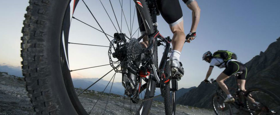 Climbing Mount Everest in a bicycle? The new trend among cyclists