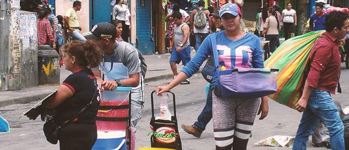 Venezolanos vendiendo arepas en Perú