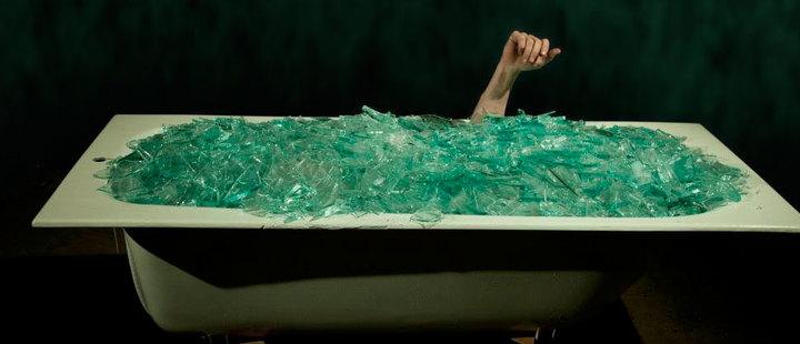 Medium 20181116 conoce al artista que se sumerge en 600 kilogramos de vidrio