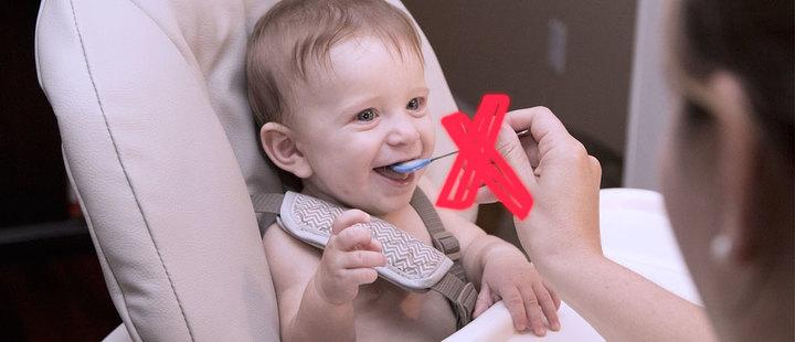 Estos son 9 alimentos que debes evitar darle a tu hijo pequeño
