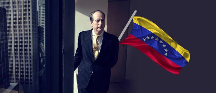 Lee Bucheit al lado de una ventana- bandera de Venezuela