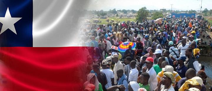 Bandera de chile con fotografía de inmigrantes haitianos