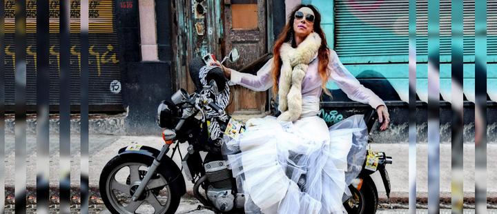Mujer sobre una motocicleta en una calle