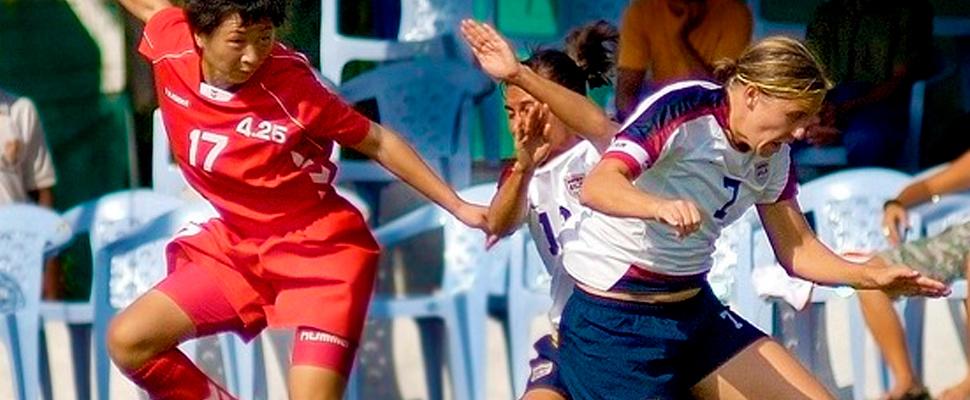 Mujeres futbolistas en un partido.