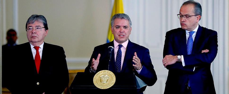El presidente de Colombia Iván Duque habla junto al canciller Carlos Holmes Trujillo y el procurador General de la Nación Fernando Carrillo
