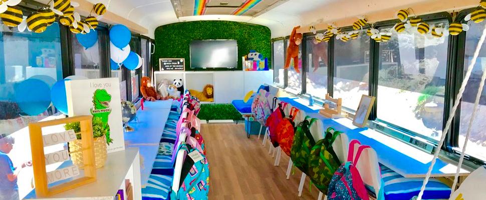 Vista interior del autobús convertido en escuela para migrantes.