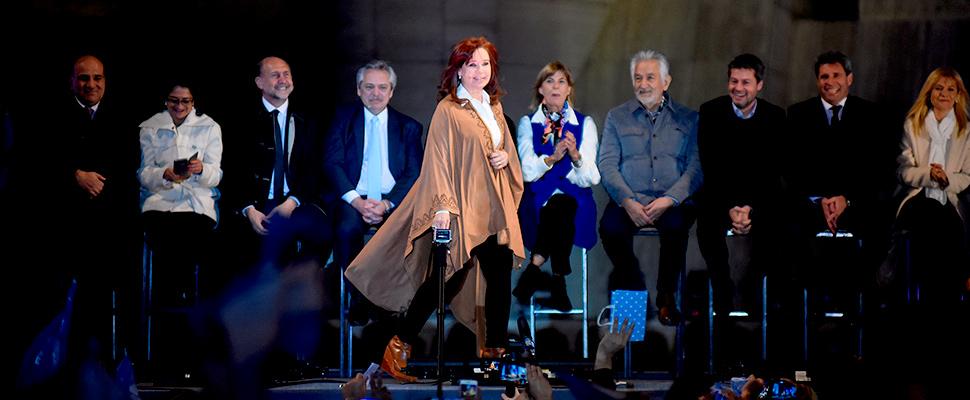 Cristina Fernández de Kirchner (c) en el acto de cierre de campaña en el Monumento a la Bandera en Rosario (Argentina).