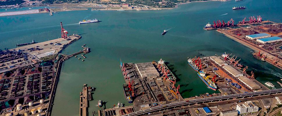 Vista aérea del puerto logístico en Lianyungang, provincia de Jiangsu (China)