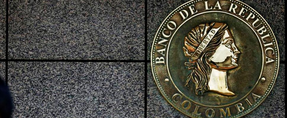 El logotipo del banco central de Colombia se ve en Bogotá, Colombia