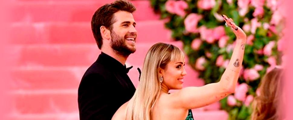 Miley Cyrus y Liam Hemsworth en la alfombra del MET Gala.