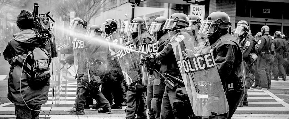 Oficiales de policía durante una protesta.