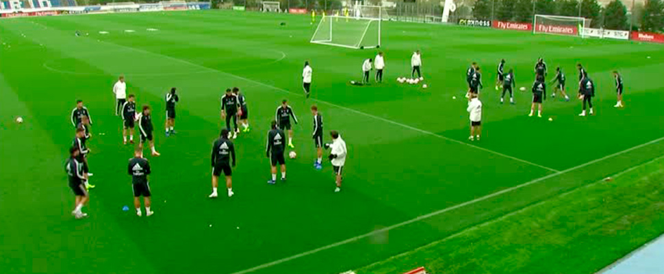 Real Madrid players divided in two groups during training