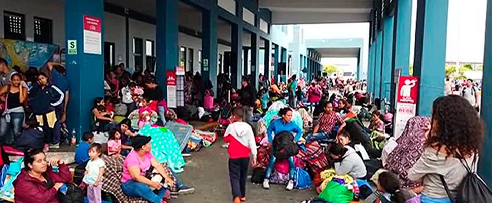 Los migrantes se reunieron fuera del centro binacional de servicios fronterizos (CEBAF) en Perú.