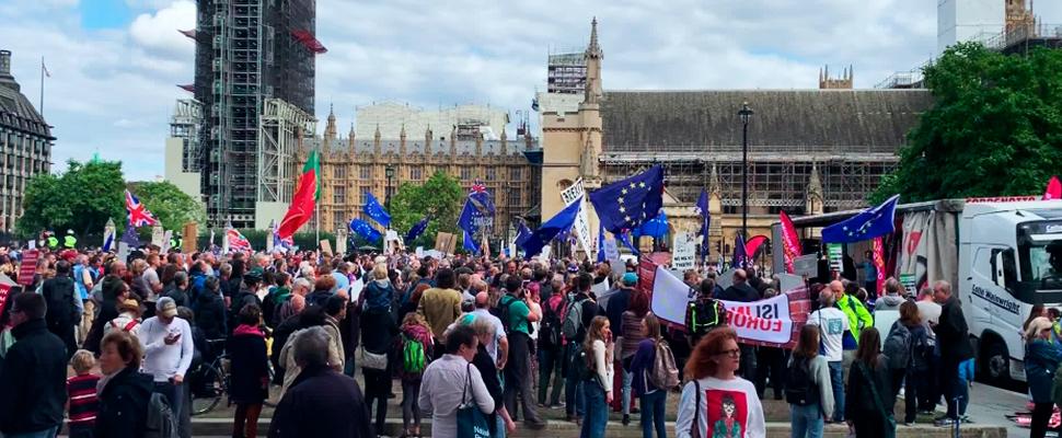 Manifestantes pro y anti-Brexit chocan en la Plaza del Parlamento
