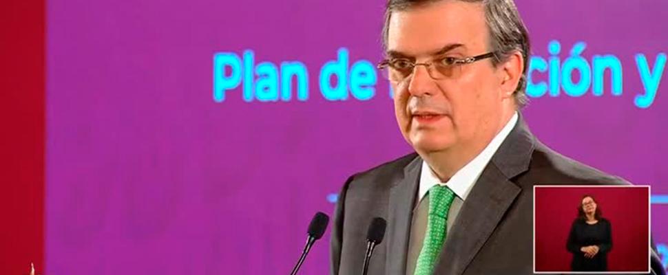 El canciller mexicano, Marcelo Ebrard, dando una conferencia de prensa.
