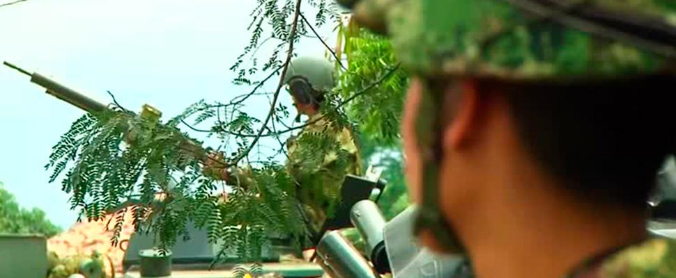 Vehículos militares en carretera cerca de la zona fronteriza de Venezuela con Colombia.