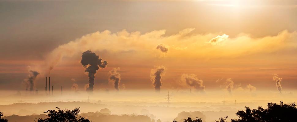 Vista de una zona de fabricas donde hay emisiones de dioxido de carbono.