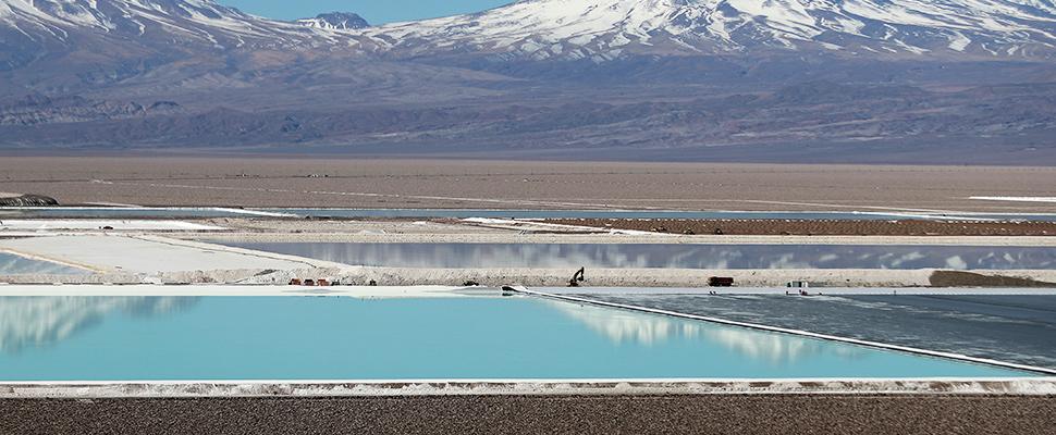 Piscinas de salmuera de una mina de litio en el salar de Atacama en Chile
