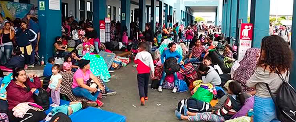 Migrantes venezolanos en un puesto de registro y migración en la frontera.