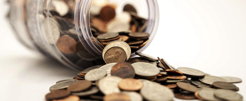 Monedas saliendo de un frasco