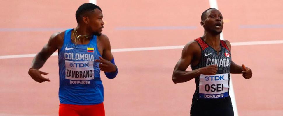 Anthony Zambrano (izq) después de correr los 400 metros planos.