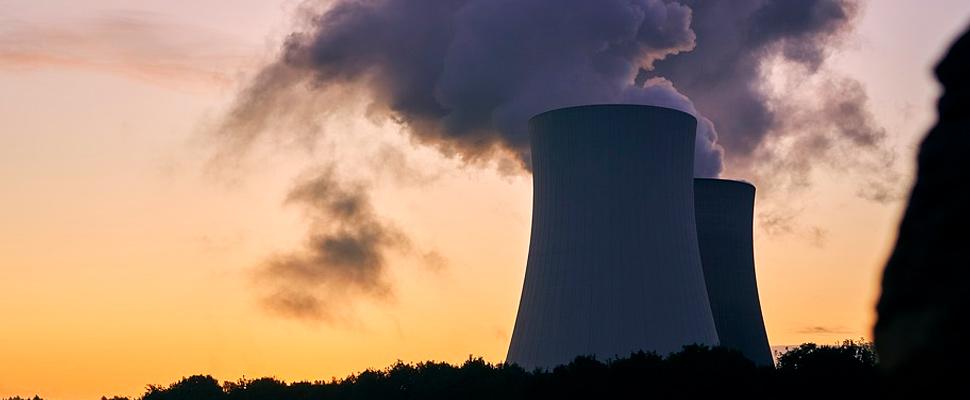 Torre de refrigeración en una planta de energía nuclear.