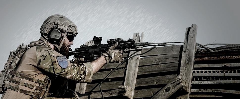 Soldado en medio de un enfrentamiento.