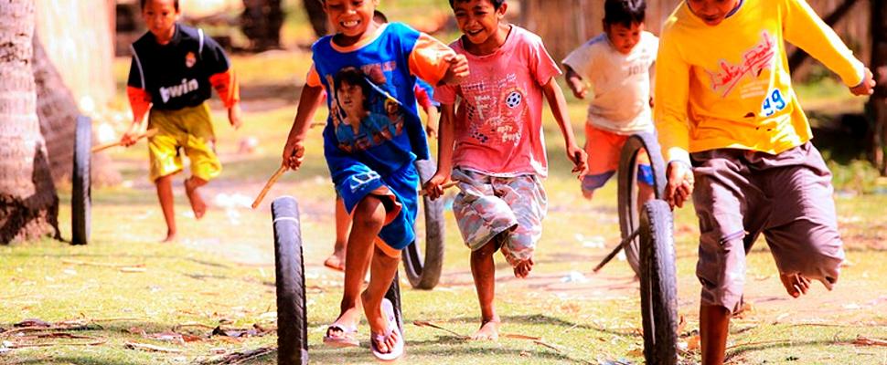 Grupo de niños jugando y corriendo.
