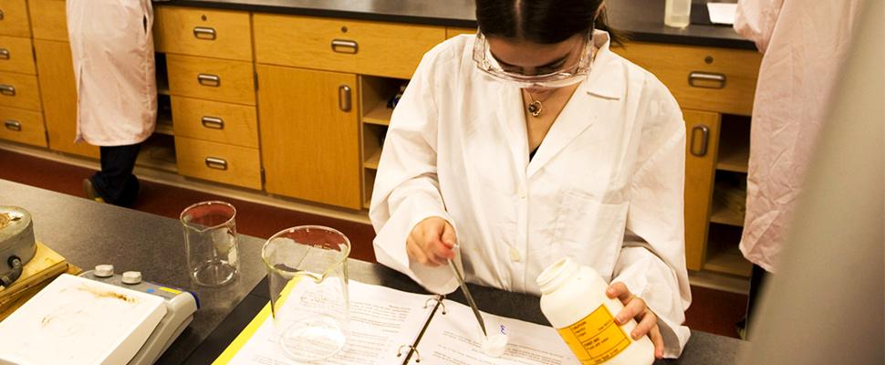 Mujer científica en un laboratorio.