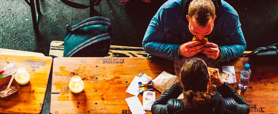 Dos personas comiendo en un restaurante.