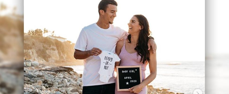 Alex Morgan y su esposo en el anuncio de su embarazo.