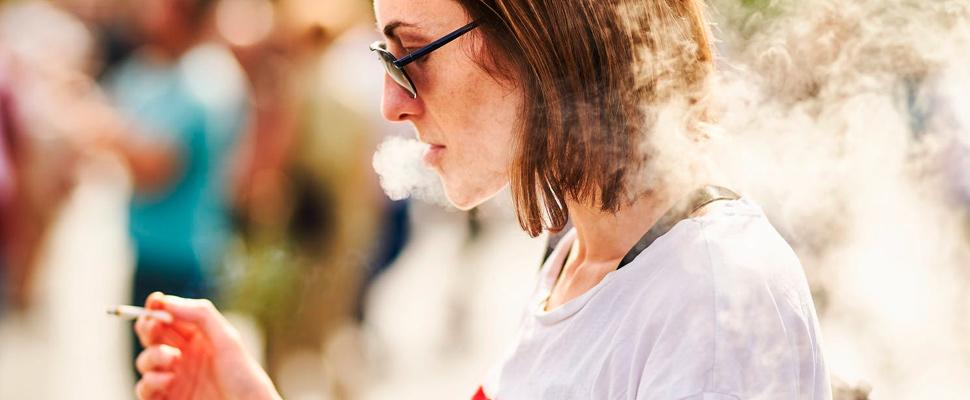 Fumar cigarrillo mujer