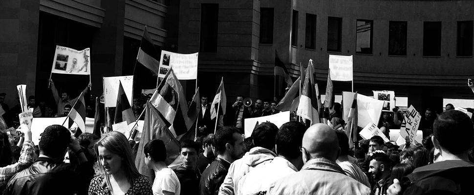 Grupo de personas reunidas realizando una manifestación.
