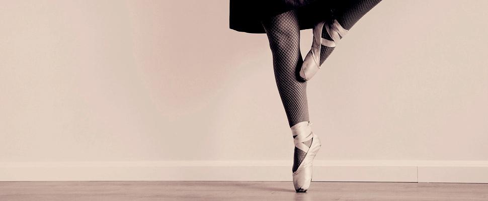 Mujer usando una falda y practicando ballet.