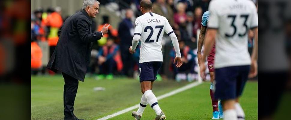 Jugadores del Tottenham recibiendo instrucciones del técnico.