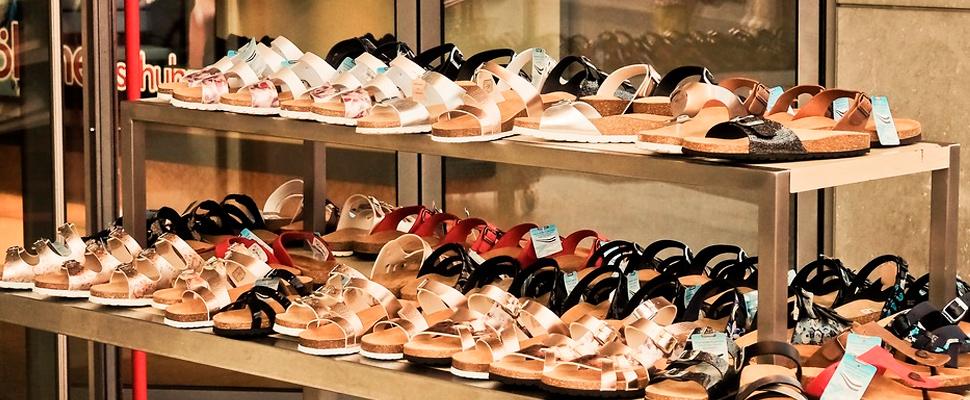 Tienda con sandalias para mujer.