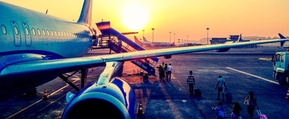Grupo de personas abordando un avión.