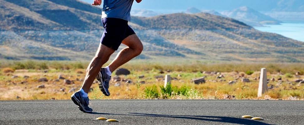 Hombre corriendo en el lado de la carretera.