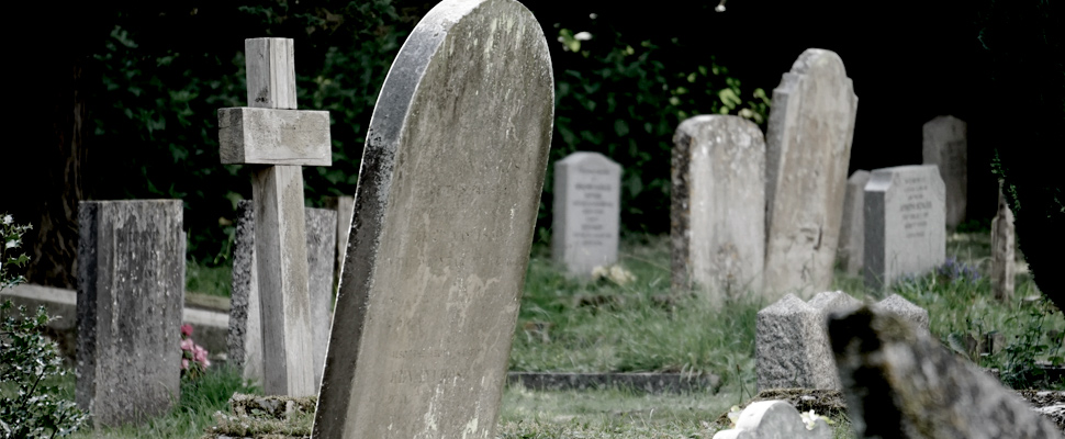Lápidas de concreto en un cementerio.