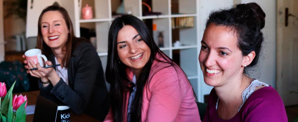 Tres mujeres durante una reunión.