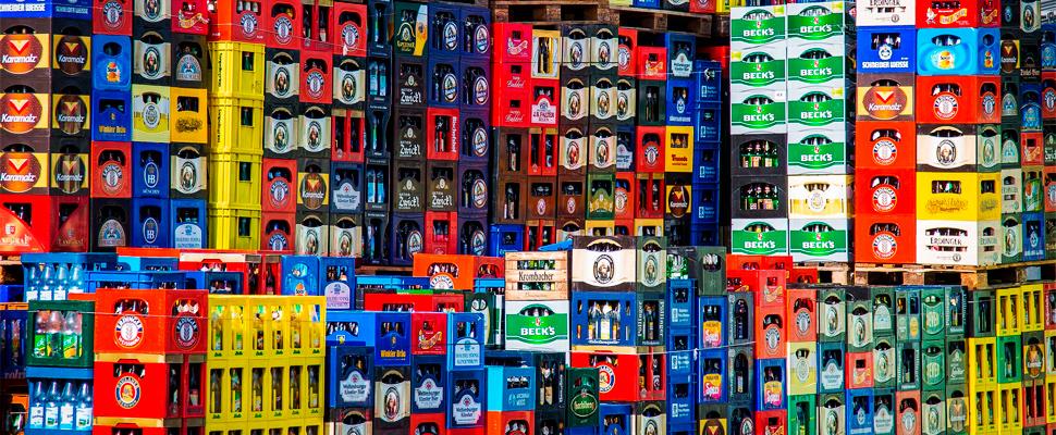 Pila de cajas plásticas contenedores de bebidas.