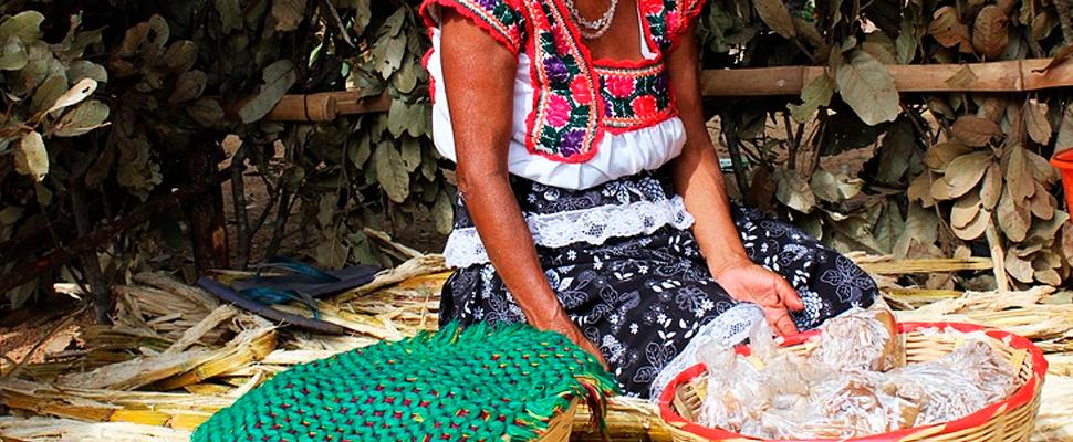 Mujer indígena mexicana en un puesto de mercado.