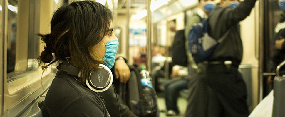 Pasajeros de un metro llevan cubrebocas como medida preventiva.