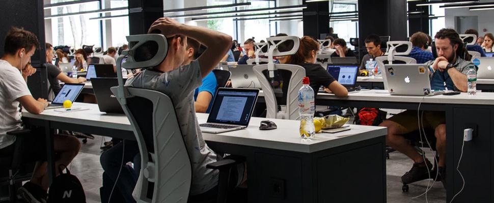 Gente haciendo trabajos de oficina.
