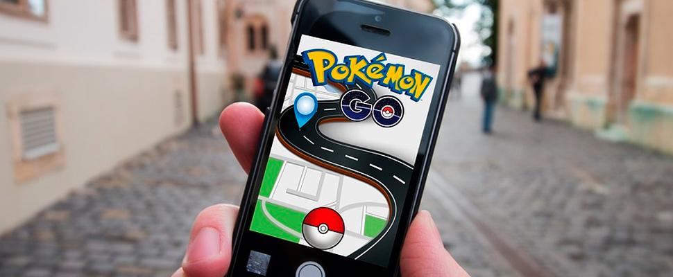 Persona sosteniendo un celular con el juego de Pokémon Go.
