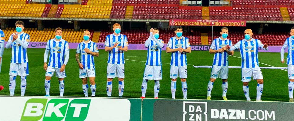 Pescara players in the field with masks.