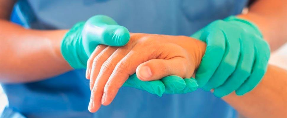 Trabajador de la salud de la mano de un paciente.