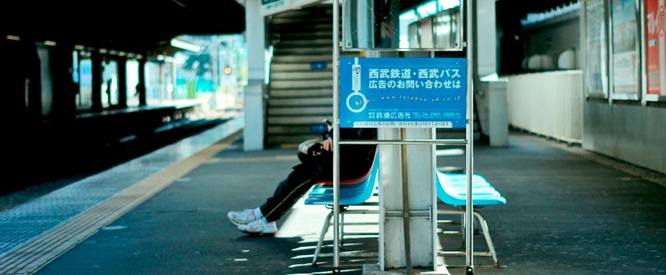 Persona esperando en la estación de tren.