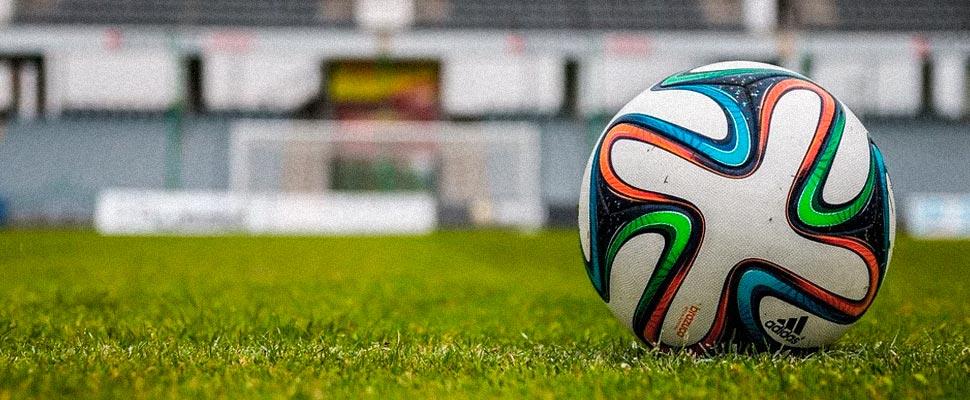 Balón de fútbol en un campo de juego.
