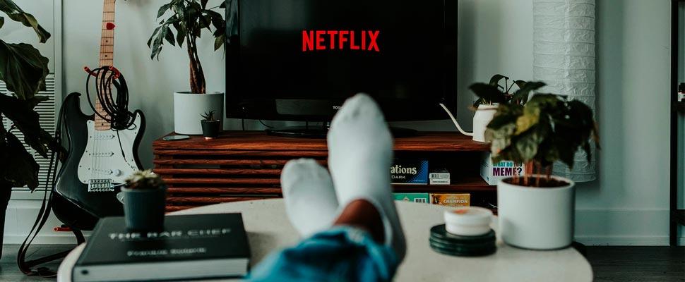 Persona viendo series en su televisor
